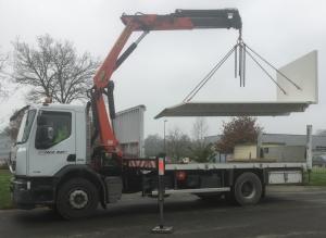grutage cabane de chantier avec véhicule poids lourds