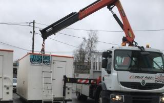grutage cabane de chantier avec véhicule poids lourd-1